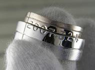 ヒネリのリングに重ねることで文字が現れるリング