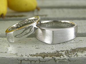 斜めイニシャルな結婚指輪