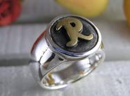 Rの文字が入ったリング