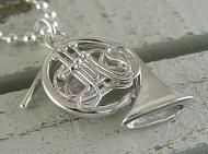楽器のホルンのペンダント