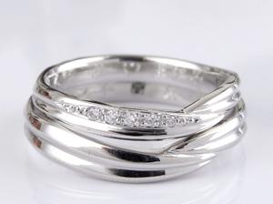 指輪が寄り添う