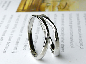寄り添う指輪
