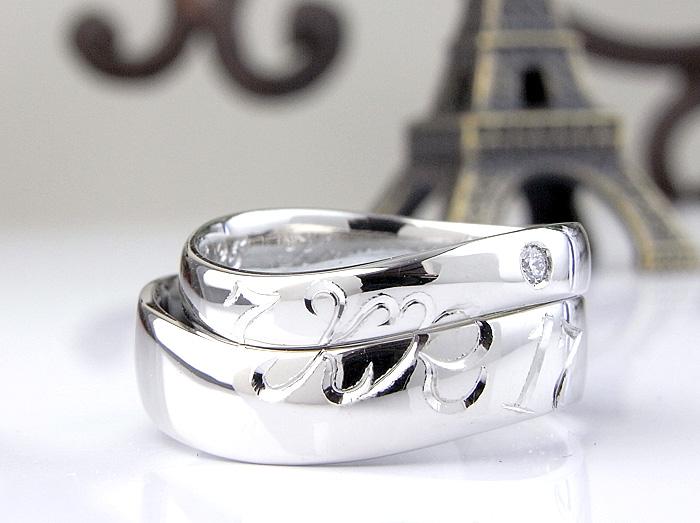 数字とイニシャルをヒネリの指輪に手彫りで入れて作りました シンプルな平甲丸を作って、彫りを合わせて入れたデザインです