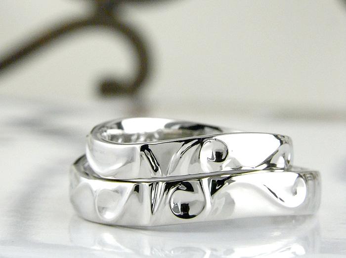緩やかに浮き出たイニシャルが可愛い雰囲気を出している結婚指輪です ナチュラルテイストが好きな方にお勧めなデザインです