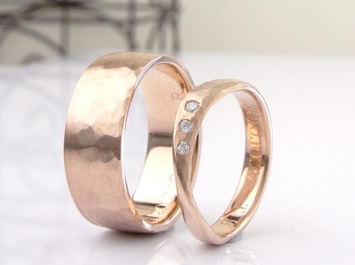 幅の広いリングと細くてヒネリのあるデザインの結婚指輪 共通点は、ピンクゴールドと言うことそのこだわりとは