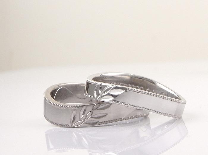 <h3>月桂樹をモチーフに作っ結婚指輪です</h3> シンプルなヒネリの平打に月桂樹を丁寧に手彫りしております 又リングのフチにはミル打を施しております