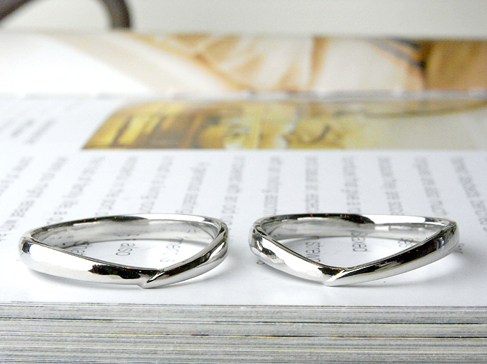 細めのV字の結婚指輪として作りました。 片方の部分を槌目仕上げにしています、金槌で叩きながらデザインを入れております。