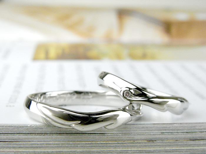 緩やかなV字ラインで仕上げた指輪です、優しい羽が可愛らしく仕上がっています 女性用にはダイヤモンドを入れています