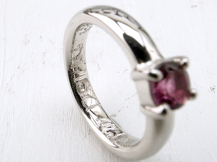 """シンプルな4本爪デザインの<a href=""""http://www.jewelry-atelier.biz/"""">ベビーリング</a>です"""