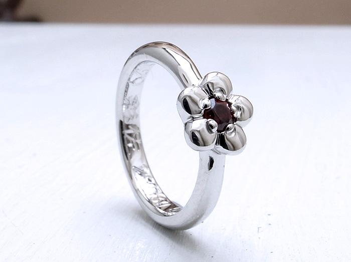 """こちらはオーダーメイドでお作りさせていただきました。 とても可愛らしいお花の<a href=""""http://www.jewelry-atelier.biz/オーダーメイド-ベビーリング/"""">ベビーリング</a>です^^"""