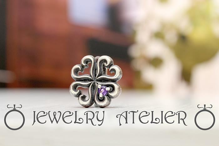 指輪を留める特殊金具 モチーフの裏には当店で開発した金具が入っており 構造は特許登録もされています!